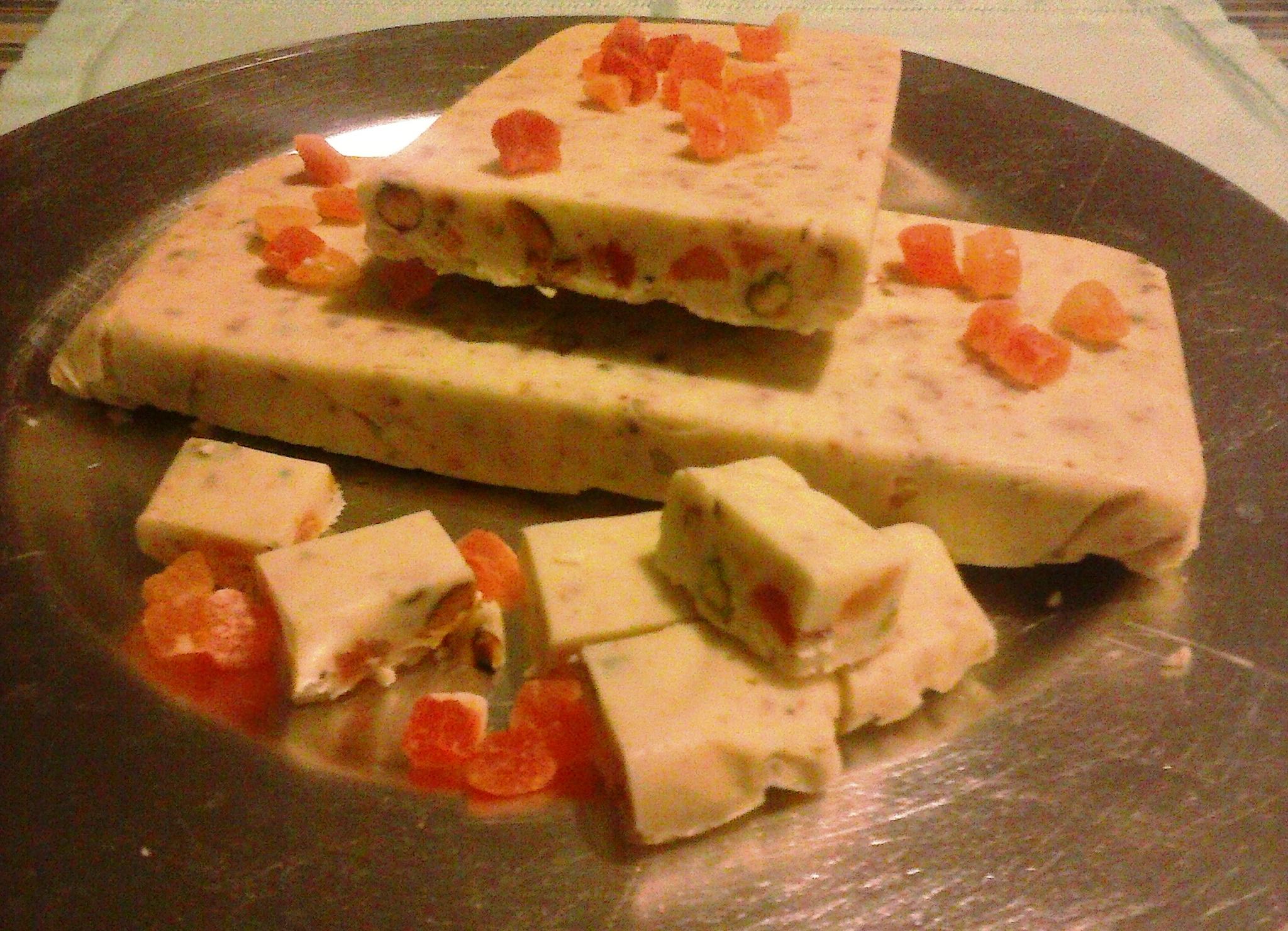 Fudge blanco con pistachos y papayas desecadas