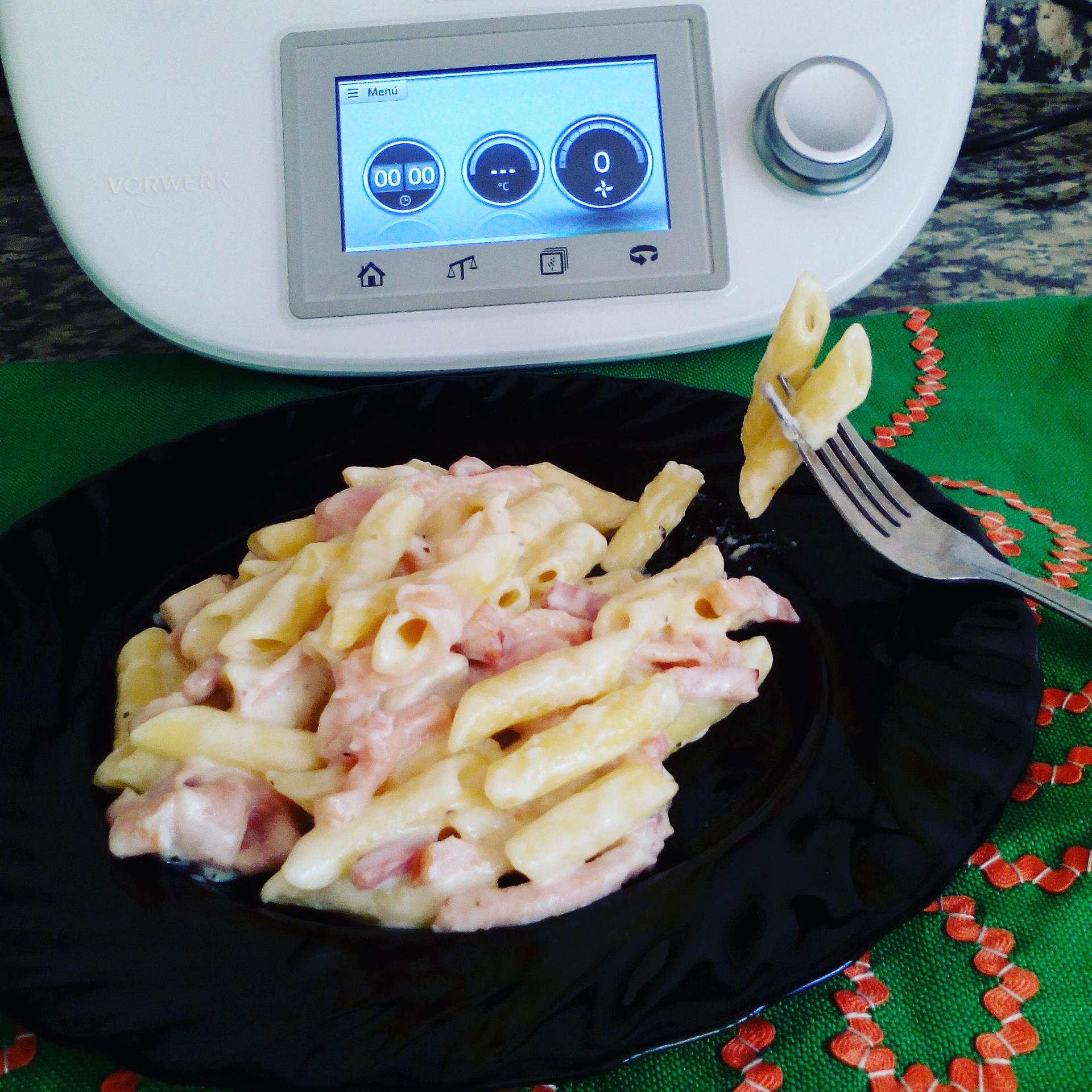 Macarrones con crema de quesos con Thermomix® .