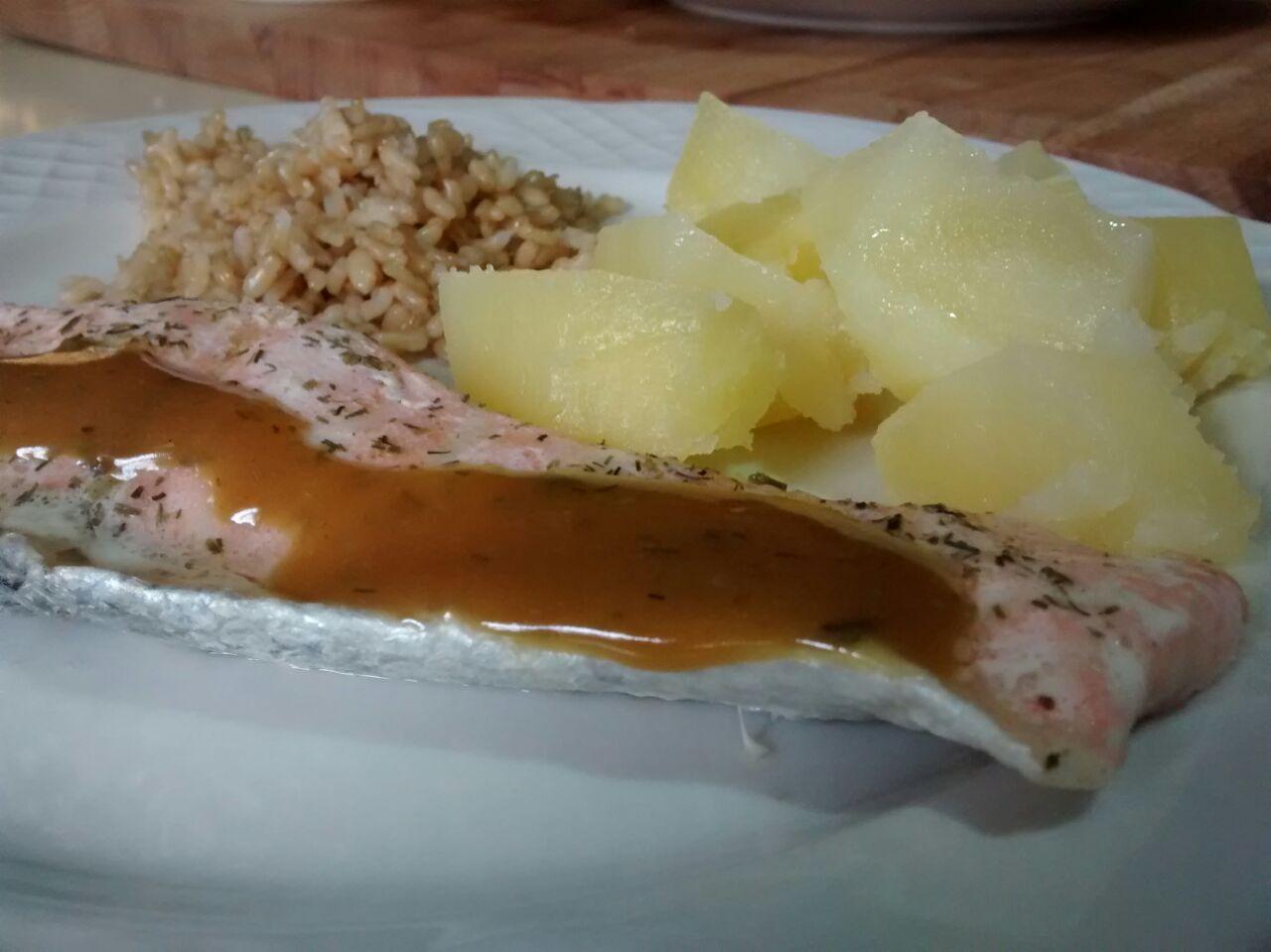 Salmón, guarnición de patatas y arroz con vinagreta de mostaza y eneldo