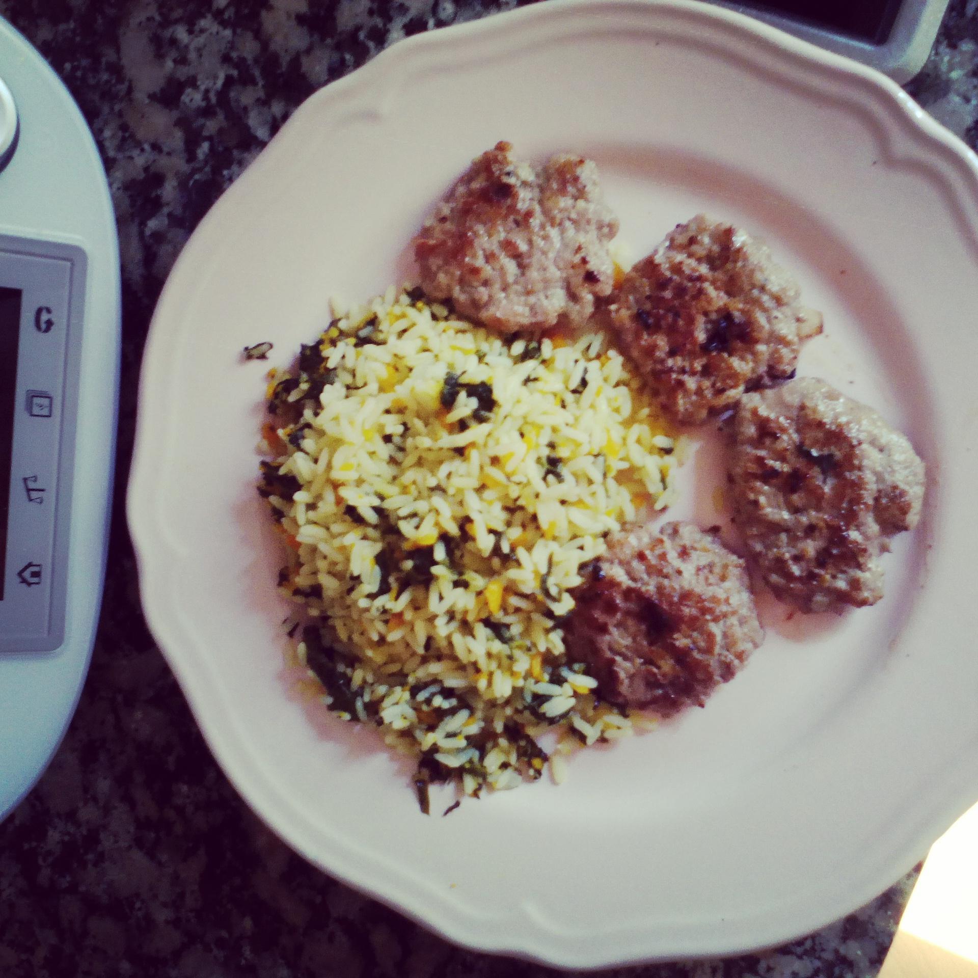 Mini hamburguesas.Con arroz ;espinacas y zanahorias.