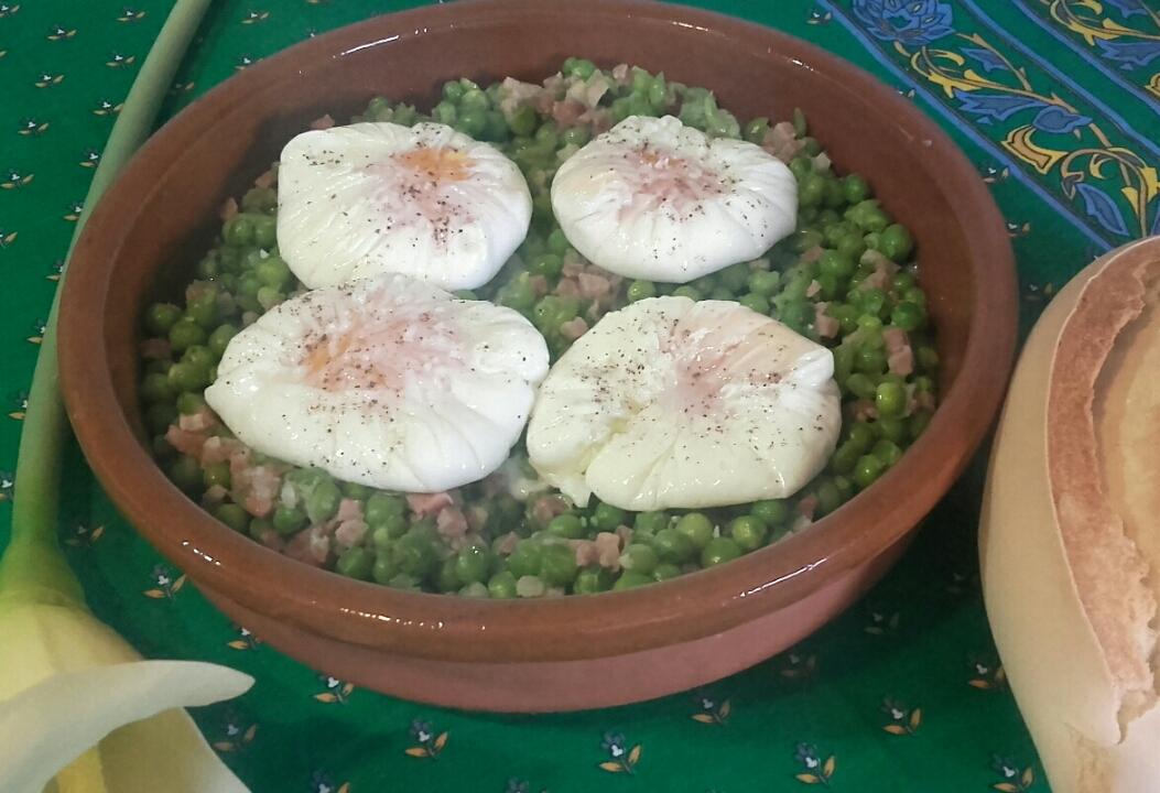 Huevos poche con guisantes con jamón con Thermomix®