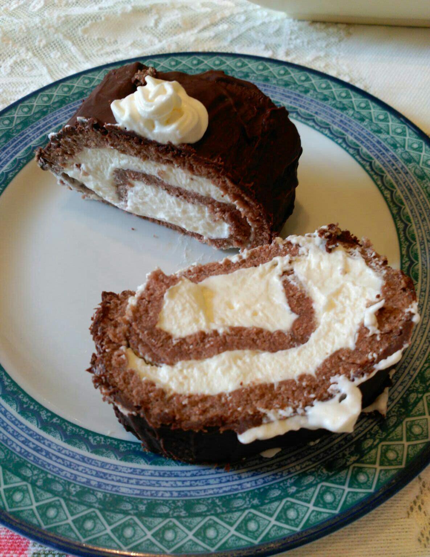 Rollo de chocolate y nata con cobertura de chocolate