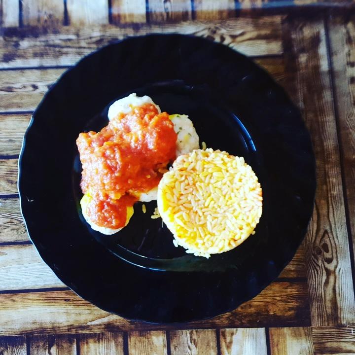 Albóndigas de merluza en salsa de tomate con guarnición de arroz con Thermomix® .