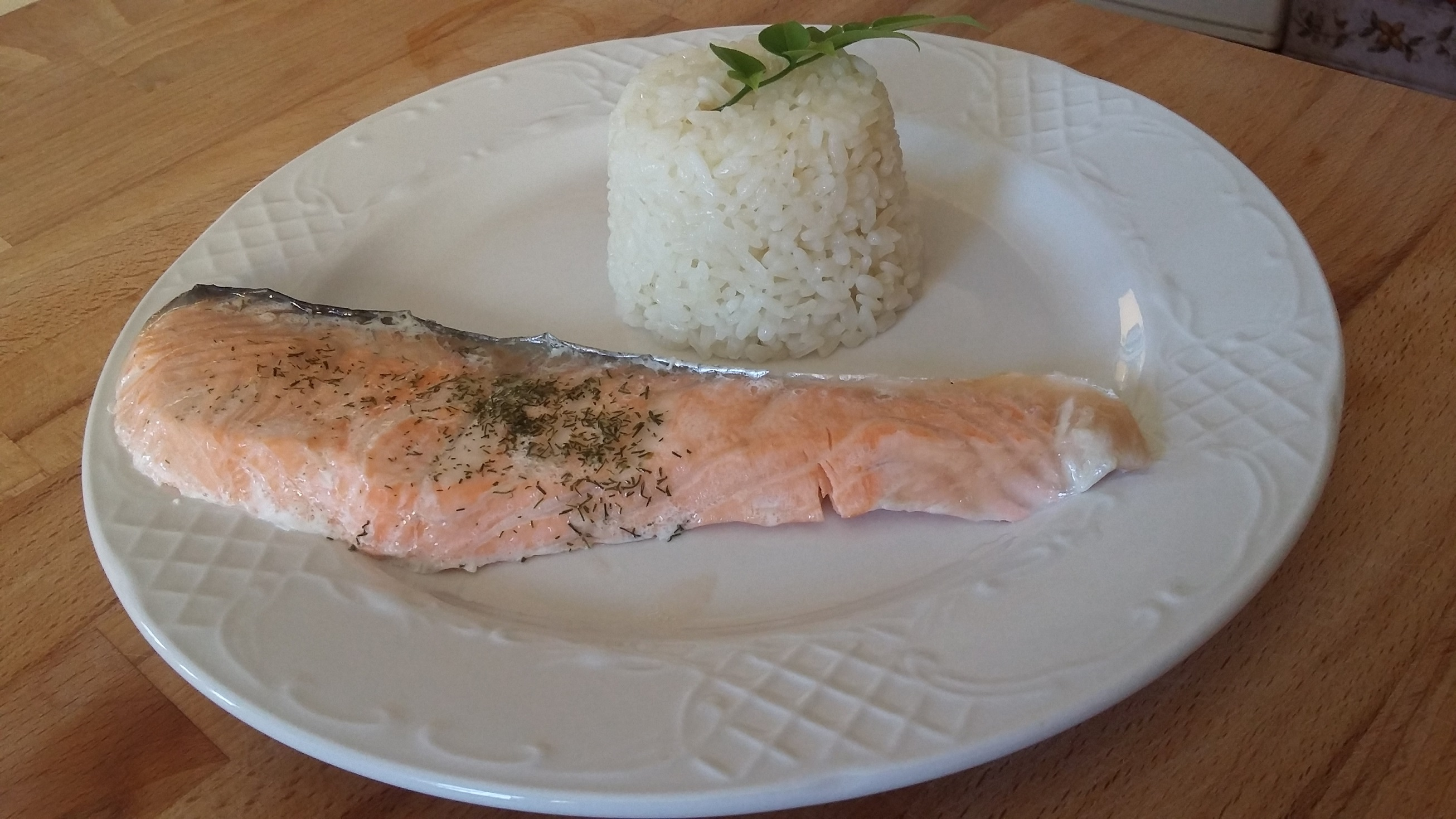 Arroz a la cubana con salmón al vapor