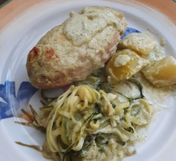 Rollitos de pollo y pavo con queso y bechamel de calabacín Thermomix®